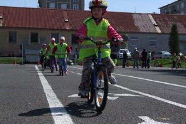 Na ihrisku deti riešia praktické situácie z cestnej premávky.