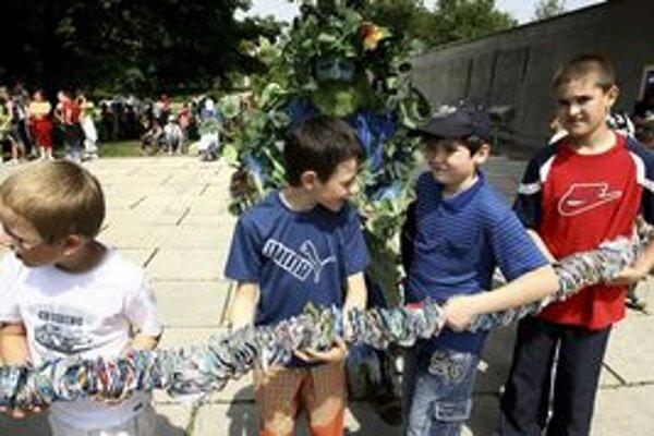 Do knihy slovenských rekordov sa zapísal 11. mája v Banskej Bystrici takmer stometrový had, ktorého vyrobili z hliníkových viečok od jogurtov deti základných škôl, medzi nimi aj ružomberskí školáci.