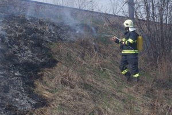 Hasiči v tomto roku častejšie zasahujú aj pri požiaroch, ktoré spôsobí nedovolené vypaľovanie.