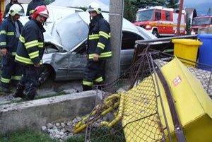 Auto pri náraze zdemolovalo plynovú prípojku, zasahovať museli hasiči.