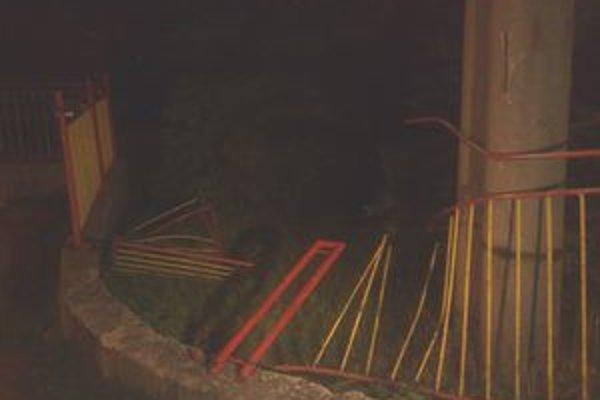Auto poškodilo plot základnej školy a skončilo v jej areáli.