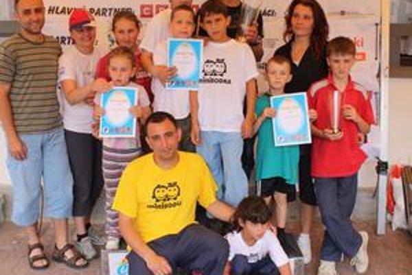 Víťazné rodiny v behu. V strede v tričkách s nápismi Minibodka súrodenci Horváthovci a ich pestún Milan Daniel.
