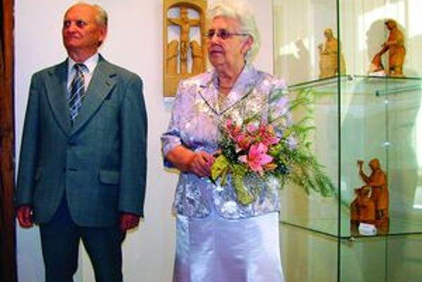 Rezbárka Mária Hrabinská  (na fotografii s manželom) na jednej z vernisáži svojej výstavy Krása v dreve.