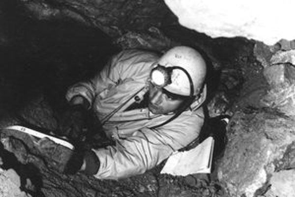 Ružomberčan František Bernadovič tridsaťpäť rokov pracoval na Správe slovenských jaskýň v Liptovskom Mikuláši, ktorá vznikla v roku 1970 aj jeho zásluhou. Podieľal sa na výskumných aj záchranných prácach v mnohých jaskyniach, trinásť rokov viedol Oblastnú