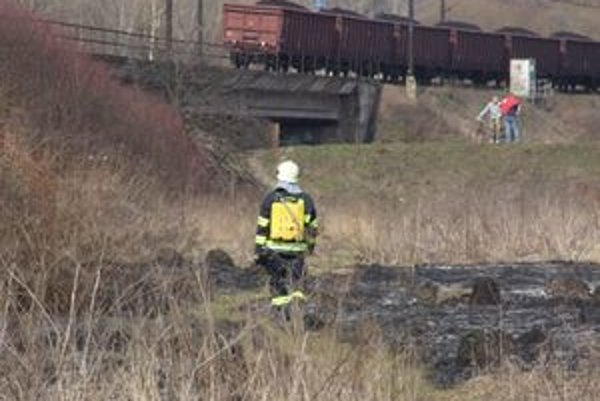 Požiar suchej trávy s najväčšou pravdepodobnosťou spôsobila iskra z vlaku.