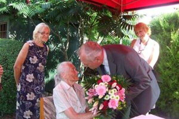 K prvým gratulantom Márie Guothovej patril starosta Závažnej Poruby Pavol Baráni.