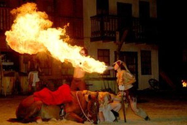 Tanec s ohňom, efektné divadlo, ktoré predvádzali vo westernovom mestečku cez prázdniny, sa skočilo.