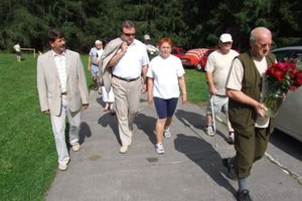 Samospráva je s telesne postihnutými v kontakte, ale spoluprácu chcú ešte zintenzívniť.  Rudolf Urbanovič (zľava) a Ján Blcháč sa zúčastnili aj športových hier telesne postihnutých v Žiari, pričom položili veniec k pamätníku SNP.