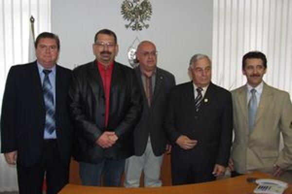 Pred podpísaním dohody o spolupráci. Zľava M. Mikušiak, M. Géci, T. Frackowiak a hostia z Poľska.