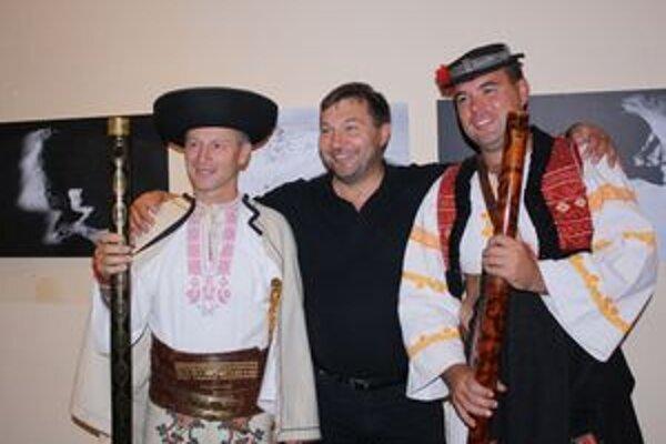 Gabriel Lipták (v strede) s fujaristami Ľubom Páričkom a Martinom Brksom.