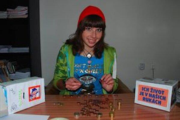 Študentka Petra Jurečková pri počítaní peňazí, ktoré Mikulášania nahádzali do kasičiek pre opustené psy.