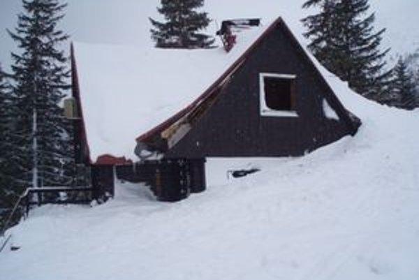 Záchranná stanica Horskej služby v Žiarskej doline po storočnej lavíne. Hrozí jej, že ďalšiu lavínu už neprežije.