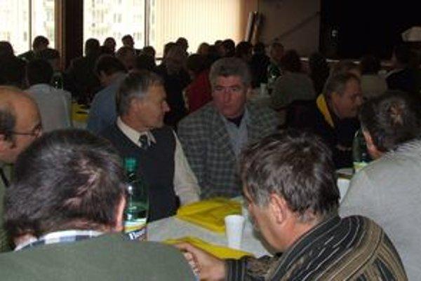 Chovatelia oviec a kôz z celého Slovenska sa na ukončení sezóny v Liptovskom Hrádku zúčastnili v hojnom počte. Na fotografii v károvanom saku Ľudovít Urbanovský.