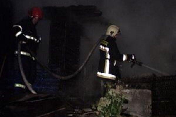 Pri požiari záhradnej chaty v Ružomberku našli spálené telo muža.