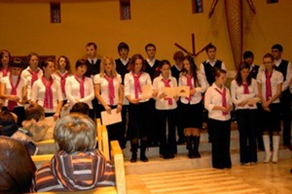 Spevácky zbor Andrejko na benefičnom koncerte pre opustené deti.