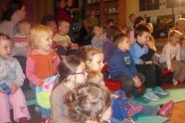 Rozprávku O opustenom prasiatku v mikulášskom Materskom centre Zornička sledovali deti s veľkým záujmom. Po celý čas nespustili z rozprávkových postavičiek oči.
