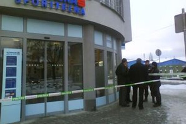 Polícia okamžite uzavrela okolie banky a pátra po páchateľovi.