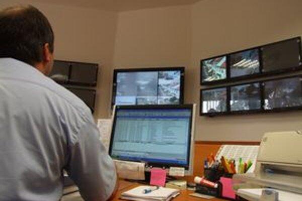 Mestským policajtom pri práci pomáha aj kamerový systém.