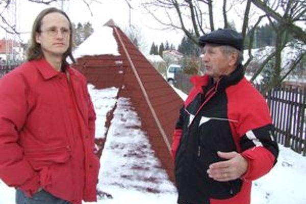 Takmer sedemdesiatnik Juraj Szunyog (vpravo) vysvetľuje, ako staval svoju pyramídu.