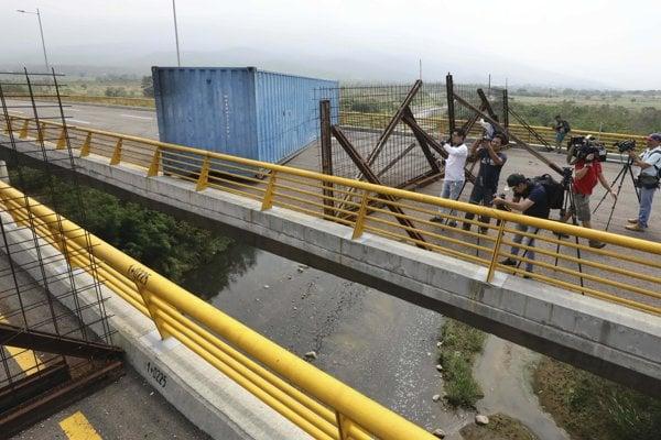Armáda zabarikádovala most.