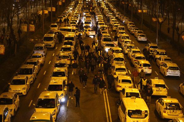 Pracovníci taxislužieb začali protest v Madride s neobmedzenou dĺžkou trvania v pondelok 21. januára.
