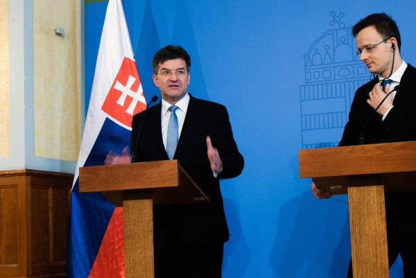 Na snímke zľava minister zahraničných vecí a európskych záležitostí SR Miroslav Lajčák a minister zahraničných vecí a vonkajších ekonomických vzťahov Maďarska Péter Szijjártó v Budapešti.