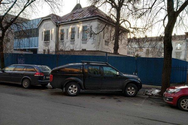Takto parkovalo auto šéfa Domova dôchodcov.