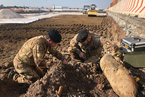 Pyrotechnici odhaľujú nájdené bomby na letisku Ciampino.