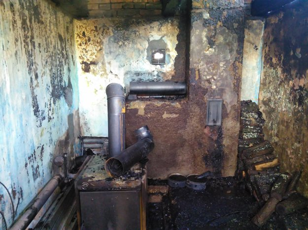 Požiarom zničený exteriér.