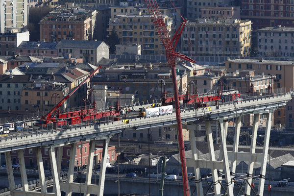 Práce na demolácii mostav Janove