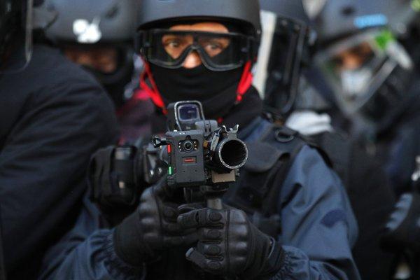 Polícia sa usilovala demonštrantov  vytlačiť aj použitím slzotvorného plynu a obranných granátov.
