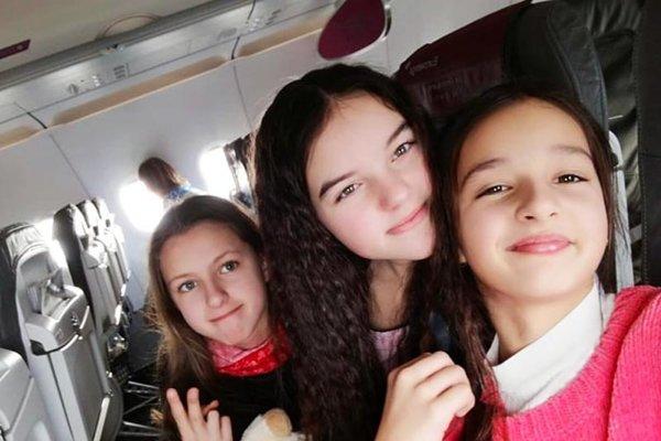 Trojica dievčat zo Slovenska. Celkom vpravo Lucia Hradecká.