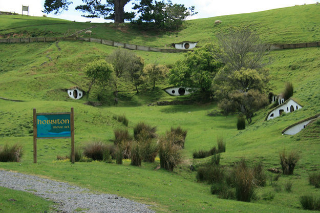 Kulisy Hobbitonu sa novozélandská vláda rozhodla zachovať, aby podporila turistický ruch v tejto oblasti.