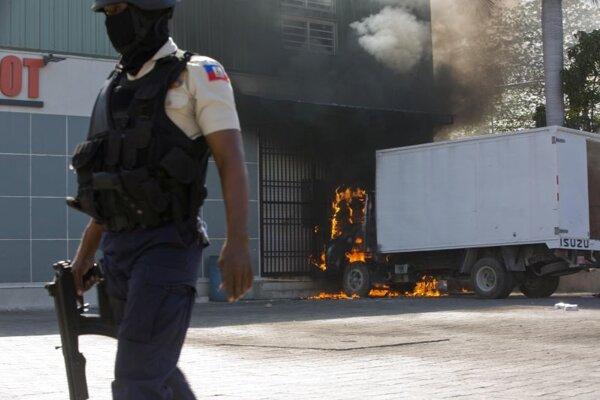 Čllen ozbrojených poriadkových síl v Port-au-Prince.