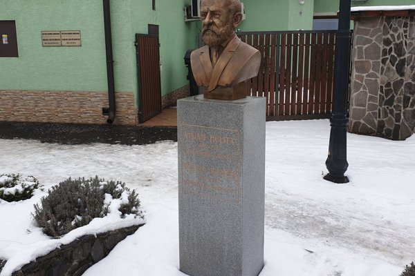 Na snímke busta niekdajšieho riaditeľa smaltovne a starostu Fiľakova v okrese Lučenec Viliama Hulitu, ktorú samospráva osadila na Podhradskej ulici vo Fiľakove v roku 2016.