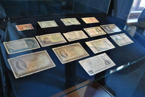 V Ponitrianskom múzeu vystavili platidlá z minulého storočia.