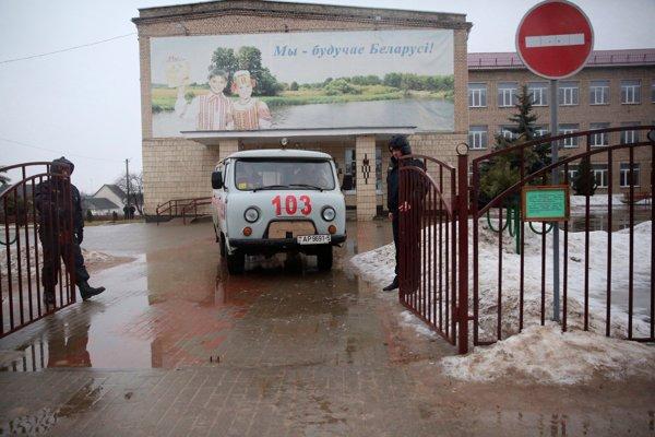 Vchod do školy, kde došlo k útoku.