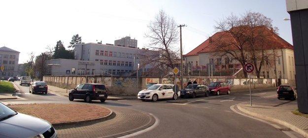 Vpravo je CVČ Domino, za ním ihrisko. Úplne vľavo je okresný úrad.