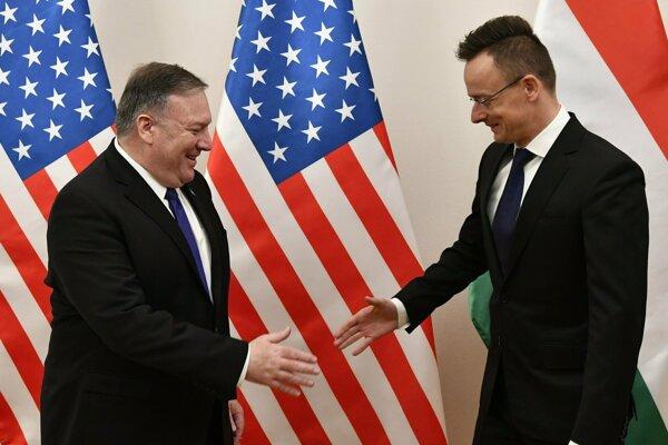 Americký minister zahraničných vecí Mike Pompeo (vľavo) a jeho maďarský rezortný kolega Péter Szijjártó počas stretnutia v Budapešti.