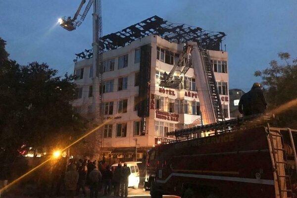 Z hotela hasiči zachránili 35 ľudí.