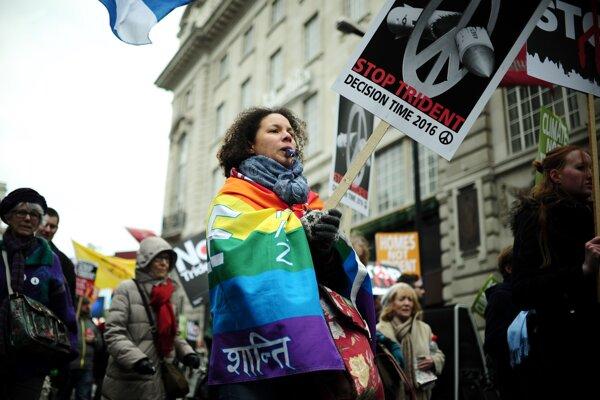 Demonštranti v uliciach Londýna.