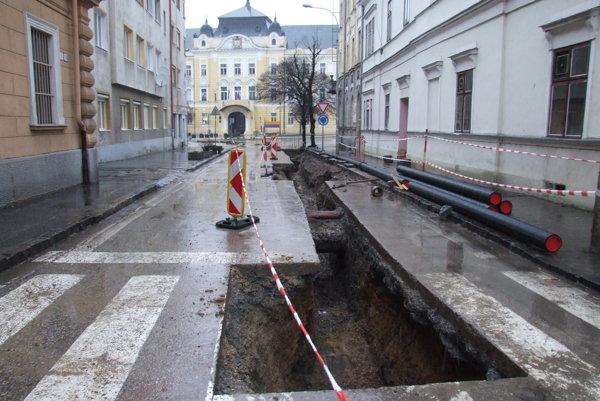 Farská ulica po havárii. Do zeme museli dať nové potrubie.