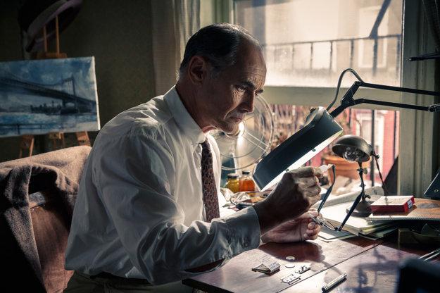 Mark Rylance si odniesol Oscara za veľavravné pohľady a mlčanlivé skúmanie tajných kódov.