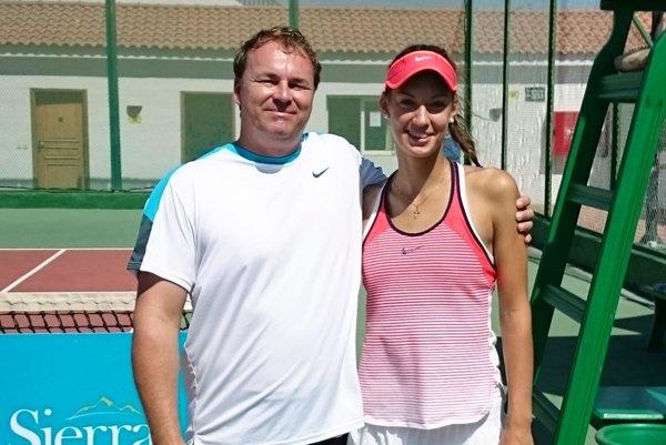 Tereza Mihalíková vyhrala tretíkrát ženský turnaj. Vľavo tréner Ján Studenič.