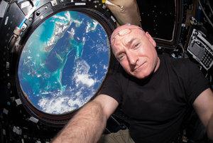 Scott Kelly a Bahamy z modulu Cupola, ktorý poskytuje 180° výhľad až dvom členom posádky.