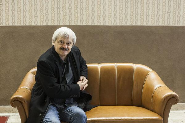 Slovenský režisér LADISLAV KABOŠ natočil oLíbyi časozberný dokument Farby piesku (2006-2014). Jeho hlavnou hrdinkou je Slovenka Ľuba, ktorá sa tam pred vyše 20-timi rokmi vydala. Na jej príbehu ukazuje, ako sa Líbya menila od roku 2006 až do revolúcie vroku 2011.