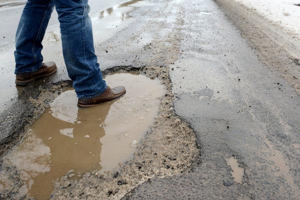 Jedna z dier na ceste v Olšovanoch.