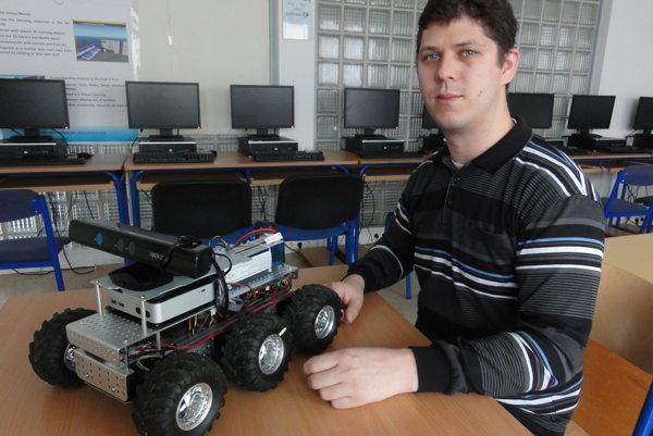 Ladislav Tóth so svojím robotom.