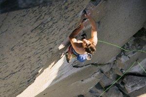 Alex Honnold pri tréningu na stene El Capitan.