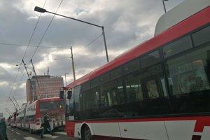 Trolejbusy ostali stáť pred zastávkou Železničná stanica.